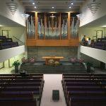 Der Blick auf den Altar und die imposante Orgel.